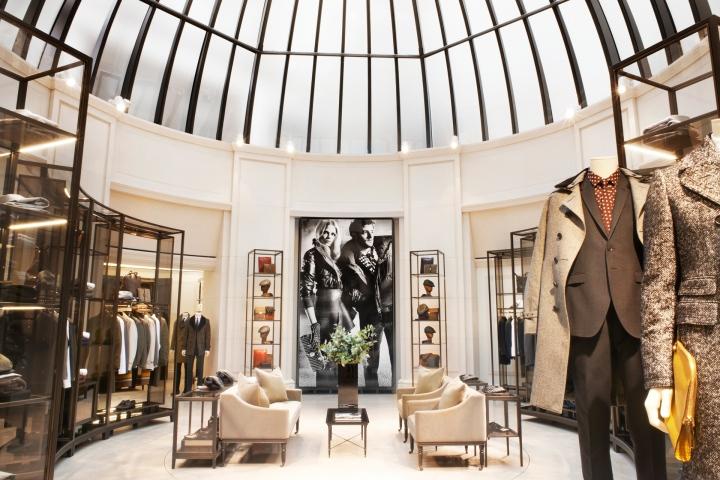 Burberry, así como muchas otras marcas, dedican muchos esfuerzos a la experiencia que tienen los clientes en sus tiendas